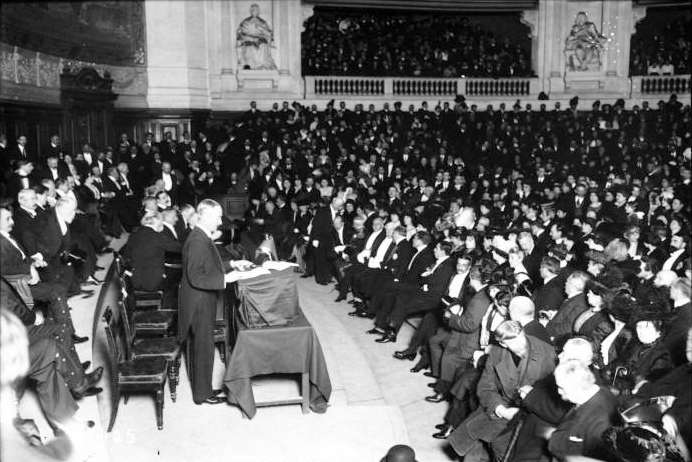 Public-speaking-Arnold_Henry_Savage_Landor_at_the_Sorbonne,_Paris,_1914